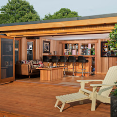 Bespoke garden cinema room with a bar Garajes modernos de Crown Pavilions Moderno