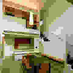 Salones de estilo moderno de アウラ建築設計事務所 Moderno