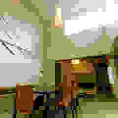 Salones de estilo ecléctico de アウラ建築設計事務所 Ecléctico