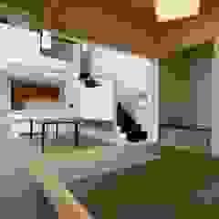 Pasillos, vestíbulos y escaleras de estilo ecléctico de アウラ建築設計事務所 Ecléctico