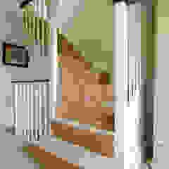 Spacious Landing and stairs Pasillos, halls y escaleras minimalistas de A1 Lofts and Extensions Minimalista