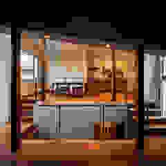 クレバスハウス <空間のズレ>が生みだす快適な生活 モダンデザインの リビング の 株式会社seki.design モダン