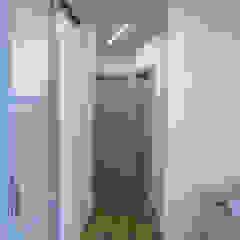 Moderner Flur, Diele & Treppenhaus von Laura Canonico Architetto Modern