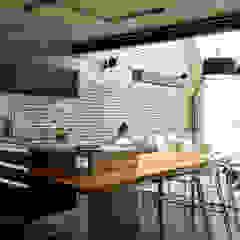 Industrial style kitchen by DIEGO REVOLLO ARQUITETURA S/S LTDA. Industrial