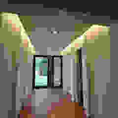Improver Studio Modern corridor, hallway & stairs