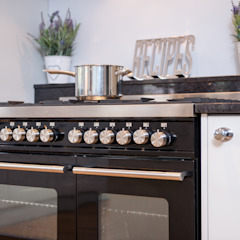 Daval Painted Kitchen - Kitchen Design Surrey Classic style kitchen by Raycross Interiors Classic