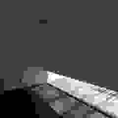 Chambre moderne par 株式会社コウド一級建築士事務所 Moderne