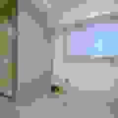 田町マンションスケルトンリフォーム 地中海デザインの 多目的室 の ティー・ケー・ワークショップ一級建築士事務所 地中海