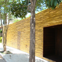 Fachada de Réguas de bambu autoclavado- Projeto Arq. Isay Weinfeld Paredes e pisos minimalistas por BAMBU CARBONO ZERO Minimalista