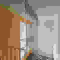 Pasillos, vestíbulos y escaleras de estilo moderno de 스마트건축사사무소 Moderno