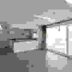 Salones de estilo moderno de 스마트건축사사무소 Moderno