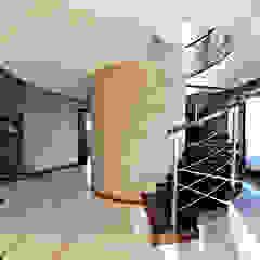 Pracownia projektowa artMOKO Modern corridor, hallway & stairs