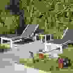 Klein achtertuin met grote waterpartij: modern  door Bladgoud-tuinen, Modern