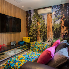 Residencia de Surfista Salas multimídia tropicais por Marcos Contrera Arquitetura & Interiores Tropical
