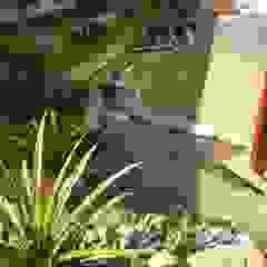 Tropical style gardens by Flávia Brandão - arquitetura, interiores e obras Tropical