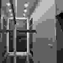 Pasillos, vestíbulos y escaleras de estilo moderno de WE LOFT DESIGN Moderno