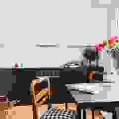 Mieszkanie po remoncie generalnym, w stylu eklektycznym, z czarno-białą kuchnią Eklektyczna kuchnia od HOLTZ Eklektyczny