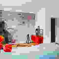 Mieszkanie po remoncie generalnym, w stylu eklektycznym, z czarno-białą kuchnią Eklektyczny salon od HOLTZ Eklektyczny