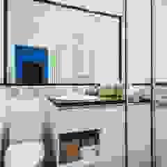 Mieszkanie po remoncie generalnym, w stylu eklektycznym, z czarno-białą kuchnią Nowoczesna łazienka od HOLTZ Nowoczesny