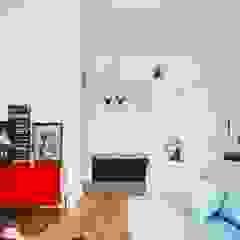 Mieszkanie po remoncie generalnym, w stylu eklektycznym, z czarno-białą kuchnią Eklektyczny korytarz, przedpokój i schody od HOLTZ Eklektyczny