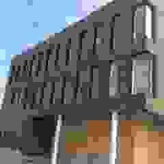 Massief houten facade Scandinavische kantoorgebouwen van Derako International B.V. Scandinavisch