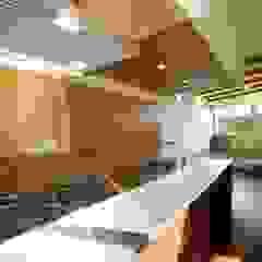 Cocinas de estilo moderno de 建築デザイン工房kocochi空間 Moderno