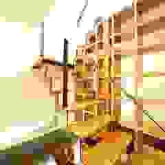 Pasillos, vestíbulos y escaleras de estilo moderno de 建築デザイン工房kocochi空間 Moderno