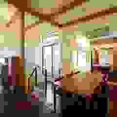 Comedores de estilo moderno de 建築デザイン工房kocochi空間 Moderno