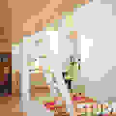 Dormitorios infantiles de estilo moderno de MIKOŁAJSKAstudio Moderno