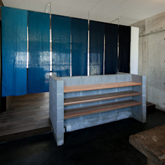 Rustykalny pokój multimedialny od group-scoop architectural design studio Rustykalny