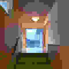 アトリエ・アースワーク Corridor, hallway & stairsLighting Wood Wood effect