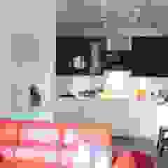 Małe mieszkanie z czerwonymi akcentami Nowoczesna kuchnia od Perfect Home Nowoczesny