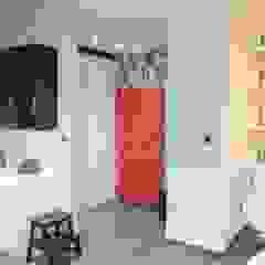 Małe mieszkanie z czerwonymi akcentami Nowoczesny korytarz, przedpokój i schody od Perfect Home Nowoczesny