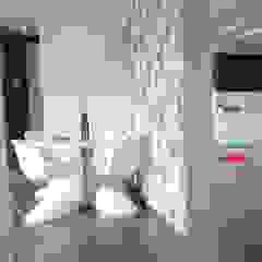 Małe mieszkanie z czerwonymi akcentami Nowoczesna jadalnia od Perfect Home Nowoczesny