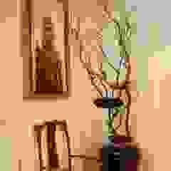 Landing with African Art and floral artpiece Couloir, entrée, escaliers originaux par Space Alchemy Ltd Éclectique