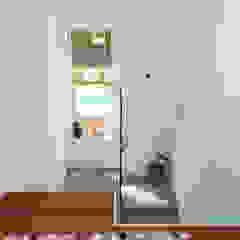 Couloir, entrée, escaliers modernes par shfa Moderne