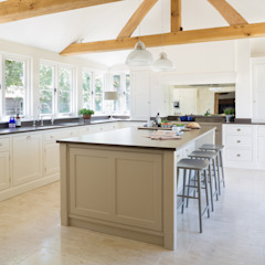 The Old Forge House, Hertfordshire | Classic Painted Shaker Kitchen Country style kitchen by Humphrey Munson Country