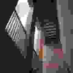 Kampinos schody Nowoczesny korytarz, przedpokój i schody od MITARCHITEKCI Nowoczesny