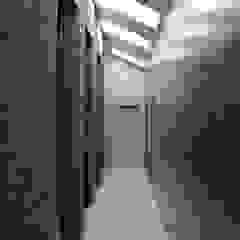 Kampinos komunikacja piętro Nowoczesny korytarz, przedpokój i schody od MITARCHITEKCI Nowoczesny