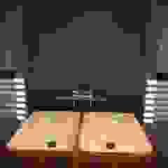 Kampinos łazienka parter Nowoczesna łazienka od MITARCHITEKCI Nowoczesny