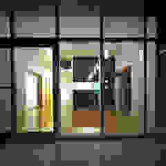 Livings de estilo moderno de 中本一哉建築設計事務所 Moderno