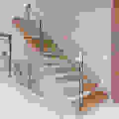 Trąbczyński Pasillos, vestíbulos y escaleras de estilo minimalista