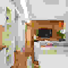Thaisa Camargo Arquitetura e Interiores Modern media room Multicolored