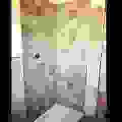 Work in progress Piastrellatura doccia Arreda Progetta di Alice Bambini Pareti & Pavimenti in stile coloniale Ceramica Grigio