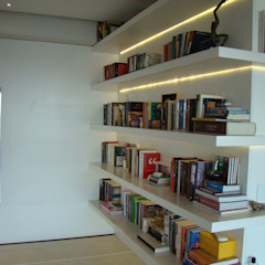 Modern Corridor, Hallway and Staircase by Luli Hamburger Arquitetura Modern