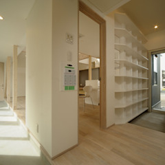Eclectic style corridor, hallway & stairs by フクシアンドフクシ建築事務所 Eclectic