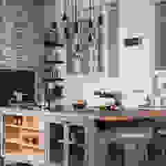 W9 | Eclectic Industrialism. Cocinas de estilo industrial de Davonport Industrial Madera Acabado en madera