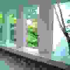 Casa minimalista na metrópole Portas e janelas minimalistas por Kika Prata Arquitetura e Interiores. Minimalista