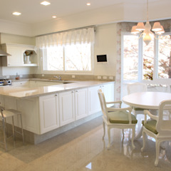 Classic style kitchen by Claudia Pereira Arquitetura Classic