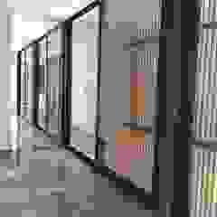 Moderner Flur, Diele & Treppenhaus von STAHLBETON DESIGN Modern